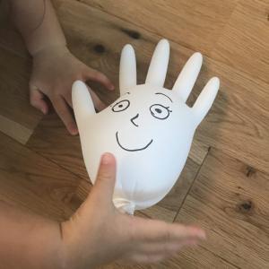 【1、2歳】家にあるゴム手袋で簡単!風船のおもちゃ