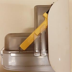東芝のスティック掃除機「VC-Y70C」のダストカップ用「お手入れブラシ」の収納の仕方写真。正解はナナメ挿しです