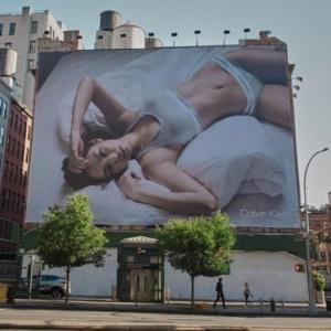 NYに登場したジェニーの下着広告