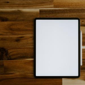 12.9インチ iPad Pro(第5世代)画面周辺に緑色の滲みで返品交換