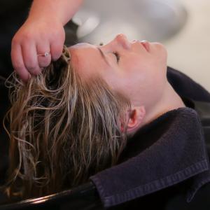 【2021年最新版ヘアケアの基本】現役美容師オススメ、自宅で簡単シャンプーのダメージを減らす方法♪