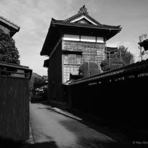 城下町・村上を歩く①〜美しきクランク路地(モノクロ)