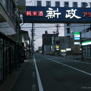 GWの秋田川反〜①ほぼ無人の町に猫が佇む