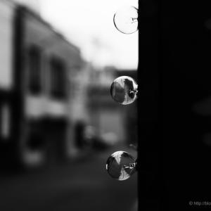 街中のガラス玉