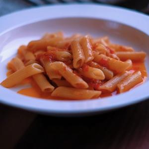 鳥羽周作さんのレシピでトマトソース。ソースを活用した料理の紹介もあり。