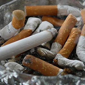 収入が少ないほど喫煙率が高いという現状
