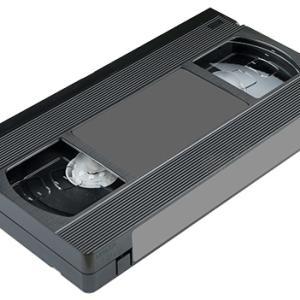 部屋の隅に貼り付けられていたビデオテープの話に引き込まれる