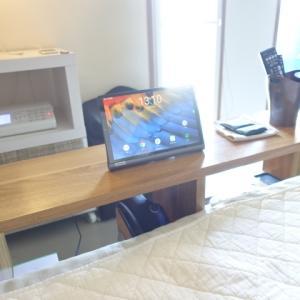 ベッドサイドのテーブルや棚にタブレット端末を置いておくと、ごろごろ生活がはかどりますわ