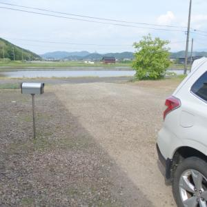 水たまりの穴や車が通った後の地面のへこみを塞ぎ平らに直すには「防草土」の使用が良さそう