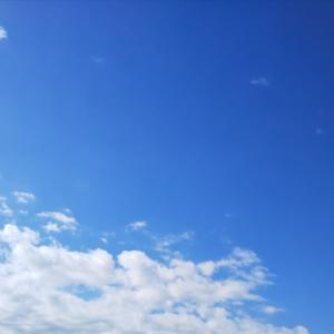 晴れた空を駆け抜ける雲