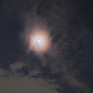 お月様と雲の虹