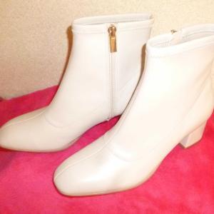 白いブーツで冬の街