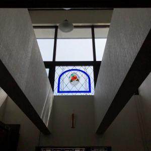 吹き抜けのステンドグラスのバラの窓