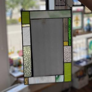 新築の洗面所にステンドグラスの小さなミラーを