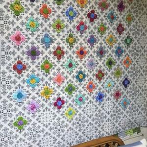 ヨーヨーの花でタペストリー&窓辺の片付け終了しました