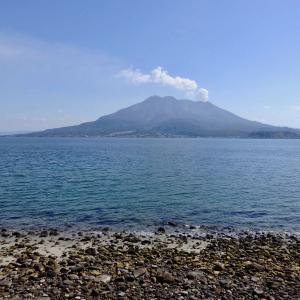 青空の下の、桜島と錦江湾とウィンドサーフィンされる方々*2020年2月21日