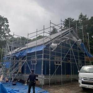 北軽井沢O邸様ログハウス新築工事。 塗装工事進めています!