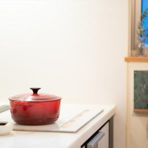 【夜のキッチンでのお料理写真、換気扇のアレでお料理がツヤツヤに!】