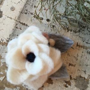羊毛フェルトでお花コサージュ