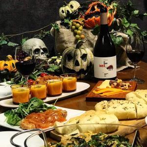 今年はシンプルにおうちハロウィン。100均かぼちゃをバーナーで炙るとそこそこホラーな出来栄えに!