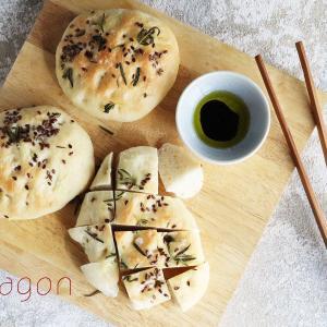 パン作りにはまる冬、ハーブフォッカッチャには香ばしいフラックスシード(亜麻仁)たっぷりと。