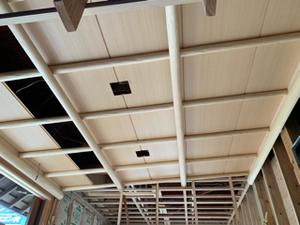 杉の磨き丸太を使用した和風の天井