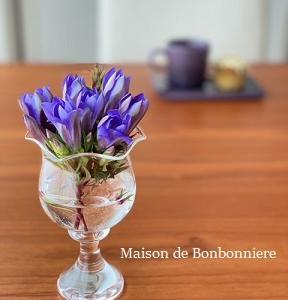 旅の思い出が詰まった花器を使って。