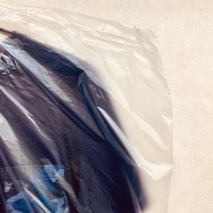 クリーニング屋さんでお洋服が包まれている袋はただのホコリよけなので袋からは外してクローゼットに!