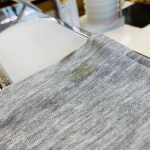 ウッカリして袖口に付いてしまった食べ物のソースは無理に拭き取らずティッシュで押さえて取りましょう