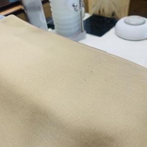 アイボリー綿コートに古そうなシミが付いてるのを触ってしまいますと生地の色が薄くなってしまうかも