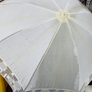 織り目にスジが入っている日傘は中々取れにくくお家でのメンテナンスでは何ともならない事が多いんです
