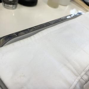 袖口の淵が擦れにより黒ずんでしまう折り目部分にはダメージが発生しやすく皮脂汚れも付きやすいのです