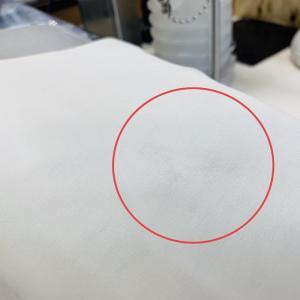 黒っぽいススの様なシミは細かい粒子になって糸の内部に入り込みやすく取れにくくなってしまいます