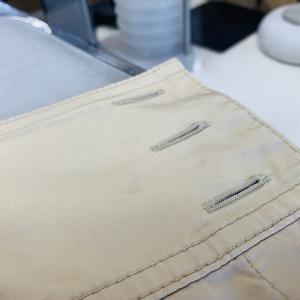 淡色のお洋服の色は部分的に擦ったり漂白したり致しますとシミの周りまで白く色が抜けてしまいます