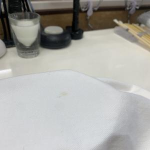 白いデニムは汚れやシミ等の汗や油汚れの成分を抜いておかないと時間が経ち黄ばんでしまいます