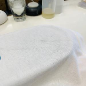 粉っぽい汚れは水分を使ってしまう前の乾いている状態でシッカリと生地を叩いて取り除きましょう