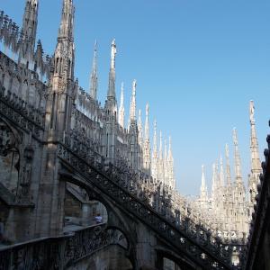 イタリア、ミラノのドゥオーモの屋根の上からの眺め。