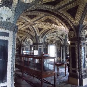 イタリア、マッジョーレ湖のベッラ島の宮殿の洞窟風の部屋
