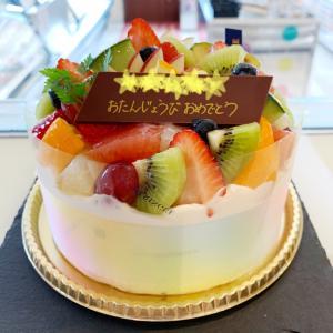 フルーツいっぱい♡記念日に特別なデコレーションケーキ♬