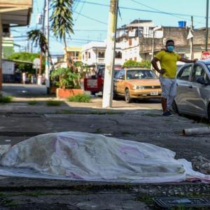 エクアドルのグアジャキル、埋葬が追いつかず(4月4日)