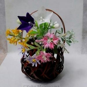 秋草に花籠