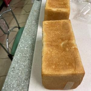 国産小麦100%の食パンと編みパン