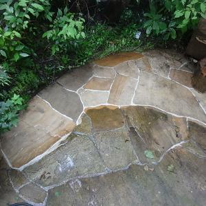 蘇るインド砂岩の石畳:ウォーターセラミックの効果