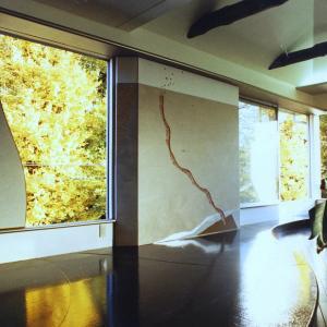 繰り返される自然界の営み、借景を楽しむ窓