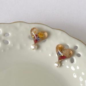 シャンパンゴールドカラー 淡水パール付きレジンハートフラワーピアス
