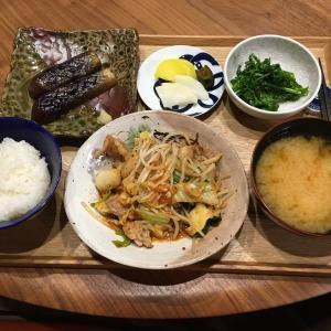 【献立】豚肉ともやしとキャベツとキムチの炒め物、茄子のグリル ケールの塩ガーリック炒め、沢庵、きゅうりの醤油漬け、大和芋のお味噌汁、日本酒