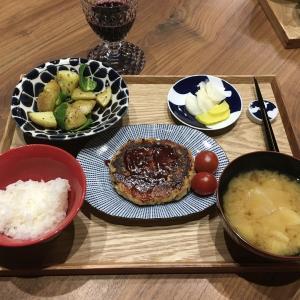 【献立】きのことツナのふわふわハンバーグ、じゃがいもとピーマンの炒め物、たくあん、キャベツのお味噌汁、ワイン