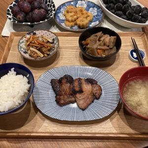 【献立】豚肉の味噌漬け、人参と舞茸とちくわのバター醤油炒め、根菜の煮物、オクラのお味噌汁、ちくわぶのトッポギ風、ぶどう