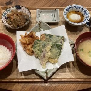 【献立】帆立と玉ねぎと人参のかき揚げ、茄子の生ハム大葉巻き揚げ、茗荷の天ぷら、根菜の煮物、温玉、すりおろし大和芋のお味噌汁