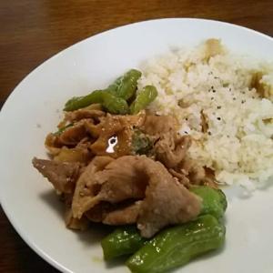 きっぱり旨辛肉飯:豚肉と獅子唐、茸の旨辛炒め
